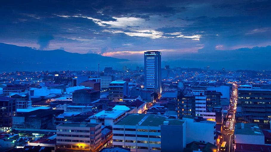 http://fotos.hellotrip.es/costa-rica/Costa_Rica_San_Jose_ciudad_noche.jpg