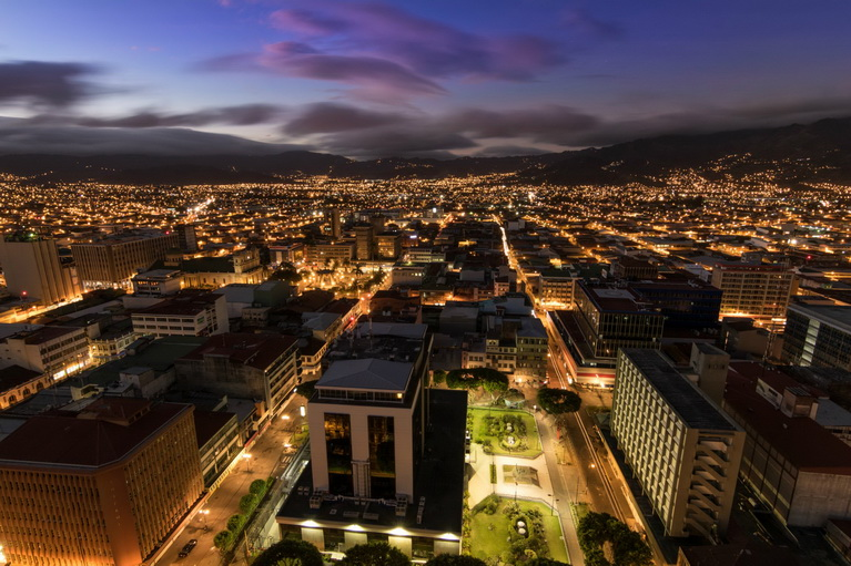 http://fotos.hellotrip.es/costa-rica/Costa_Rica_San_Jose_noche.jpg
