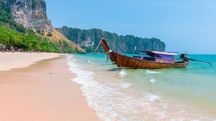 http://fotos.hellotrip.es/tailandia/Tailandia_barca_playa_Phuket.jpg
