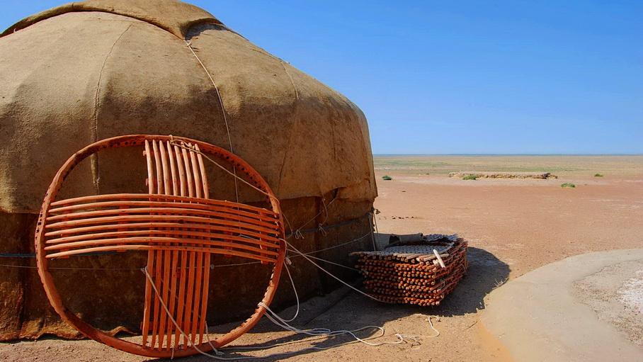 http://fotos.hellotrip.es/uzbekistan/Uzbekistan_Yangikazgan_desierto.jpg
