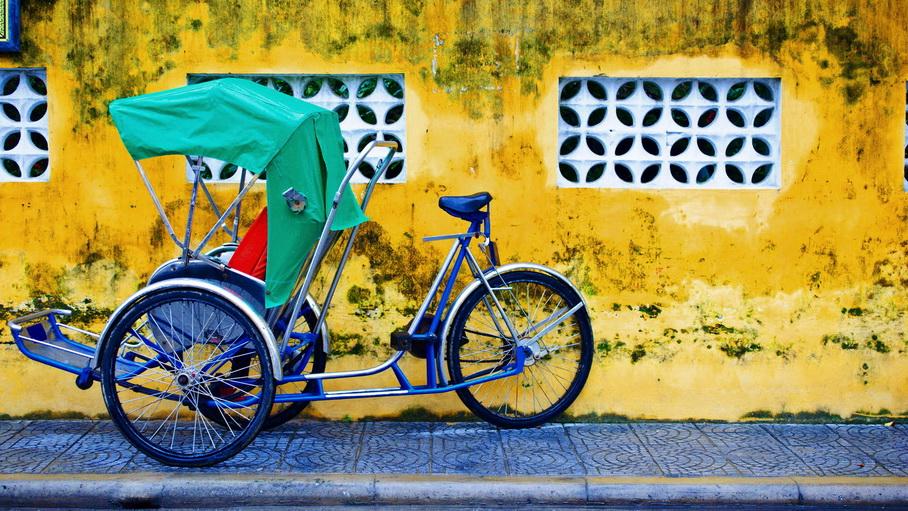 http://fotos.hellotrip.es/vietnam/Vietnam_Hanoi_barrio_antiguo_triciclo_rickshaw.jpg