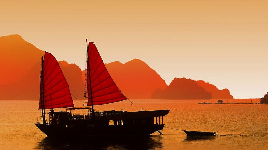 http://fotos.hellotrip.es/vietnam/Vietnam_Tonkin_Halong_vistas_barco.jpg