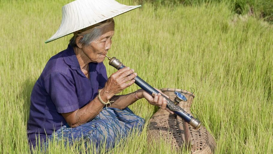 https://fotos.hellotrip.es/vietnam/Vietnam_Triagulo_de_Oro_mujer_pipa_opio.jpg