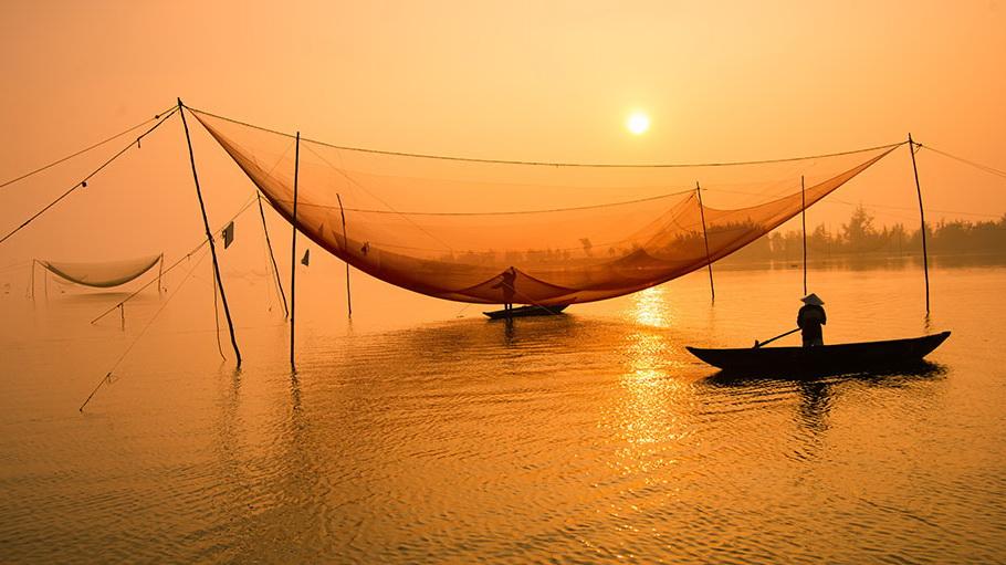 http://fotos.hellotrip.es/vietnam/Vietnam_pescadores_Mekong.jpg